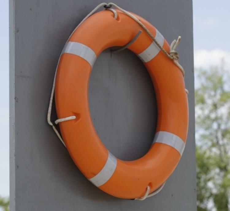 Под Москвой спасатели вытащили из пруда грудного младенца