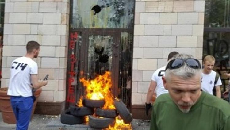 Видео, как в Киеве громили магазин из-за стёртых «майдановских» граффити