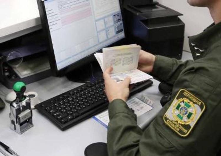 """Видео, как в  """"Борисполе"""" турист на корточках обходил пограничный контроль"""