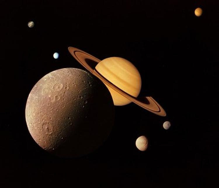 На спутнике Сатурна уфологи нашли обломки разбившегося НЛО