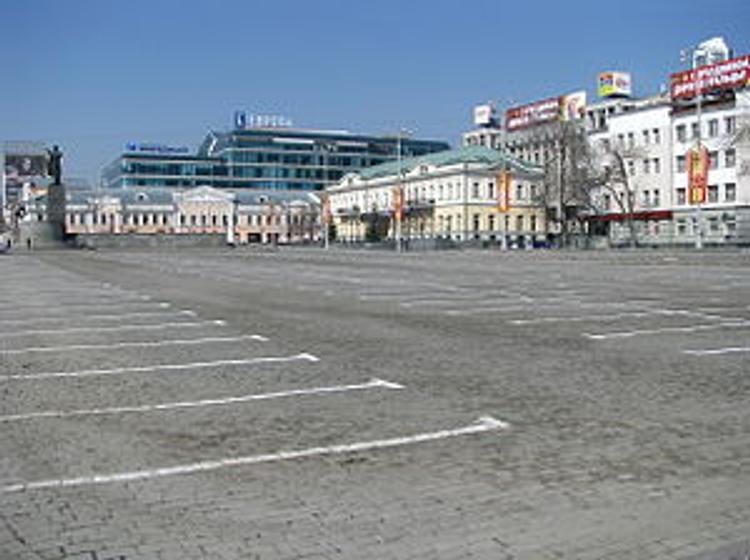 Парковку на главной площади Екатеринбурга закроют до следующей недели