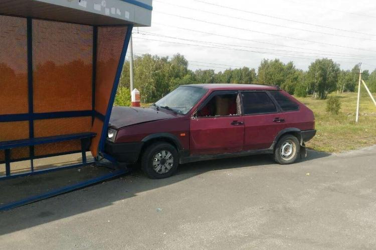 """В Челябинске """"девятка"""" сбила двух девочек и протаранила автобусную остановку"""
