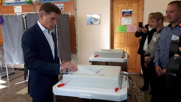 Олег Кожемяко попробовал выпечку на избирательном участке