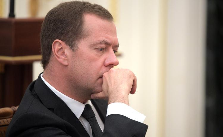 Медведев отказался пользоваться подаренным ему российским смартфоном