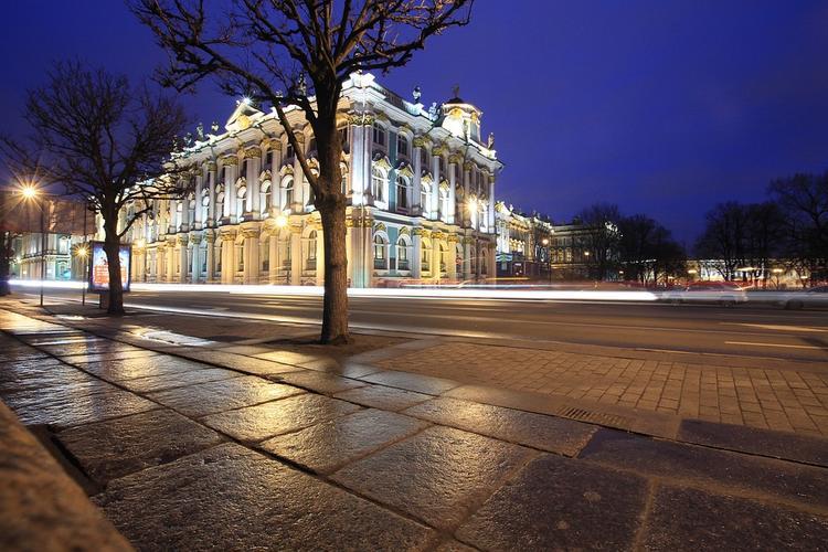 Иномарка выехала на тротуар и сбила группу пешеходов в Петербурге