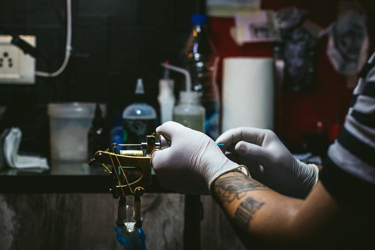 Ученые рассказали о высокой токсичности и канцерогенности татуировок