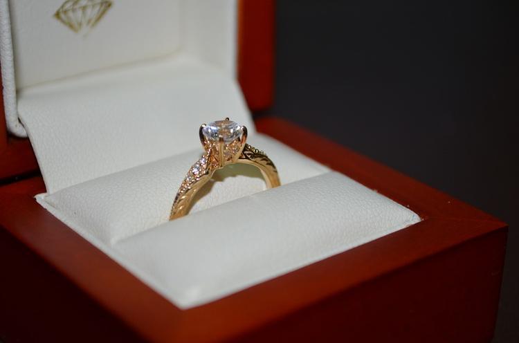 Беременная подруга Криштиану Роналду показала потрясающее обручальное кольцо