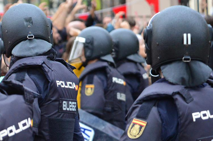 Власти Каталонии хотят подать в суд на полицейских
