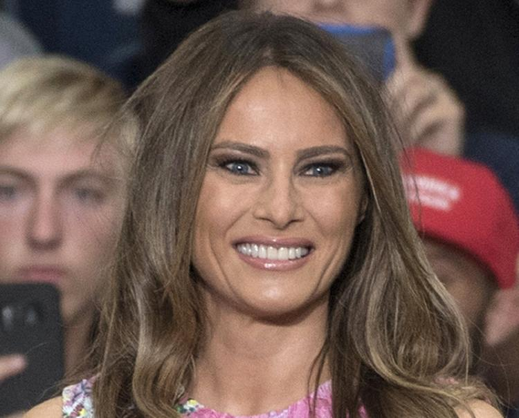 Мелания Трамп возбудила фантазию соцсетей своими темными очками ночью