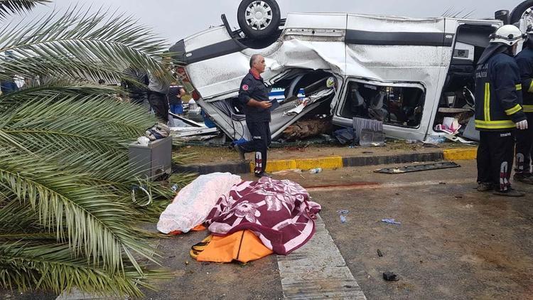 В турецкой Анталье перевернулся автобус с туристами, кадры с места трагедии