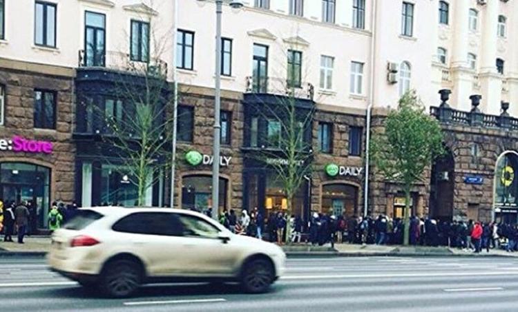 В Москве начали продавать места в очереди за iPhone X