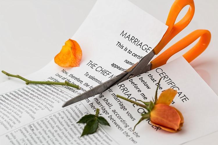 Ученые выявили, почему женщины  чаще становятся инициаторами развода