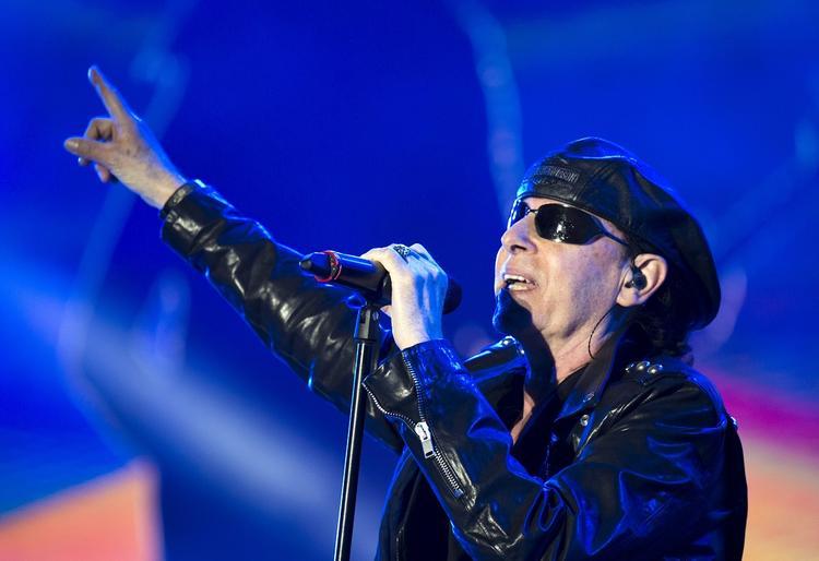 Музыканты Scorpions подняли российские флаги на концерте в Санкт-Петербурге