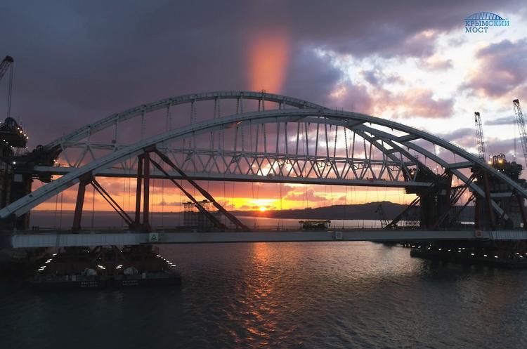 Появилось ночное фото арок Керченского моста
