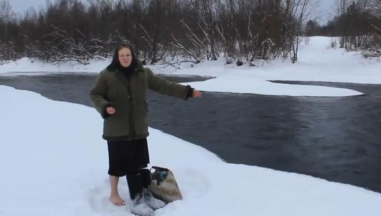 Видео, как на Вологодчине бабушка  переходит в мороз речку, чтобы купить хлеб