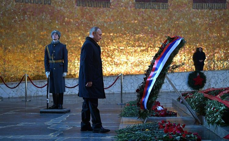 Путин почтил память погибших в Сталинградской битве (ВИДЕО)
