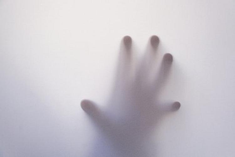 Женщина засняла призрак вкровати своей дочки