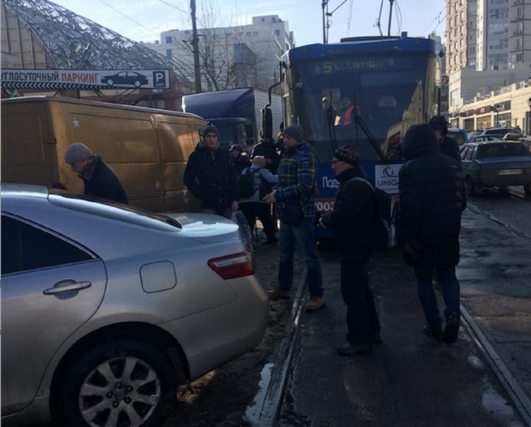 Украинцы унесли на руках  автомобиль, перегородивший проезд трамваю