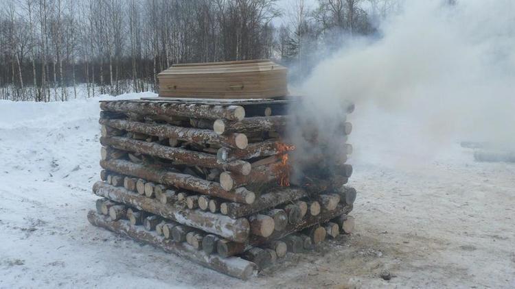 Язычники сожгли умершего товарища на погребальном костре