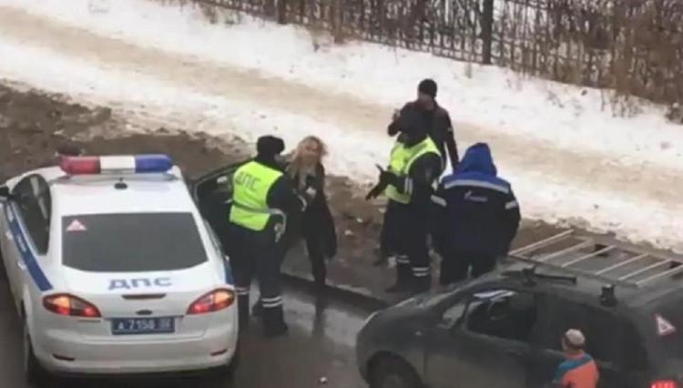 Видео, как в Башкирии автоледи разбила свой автомобиль топором