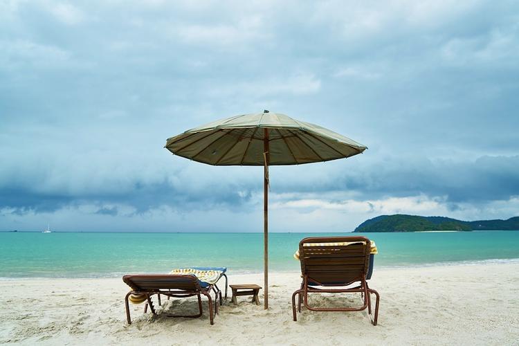 На пляже женщину убило унесенным ветром зонтом