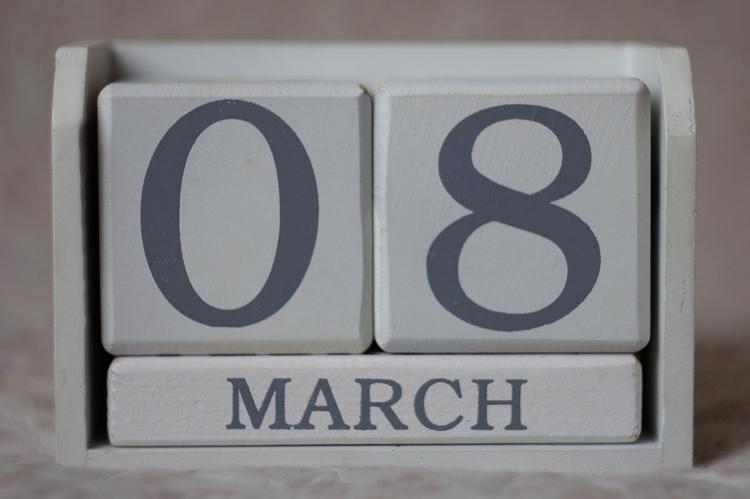 Что дарят и сколько тратят мужчины на подарки к 8 марта?
