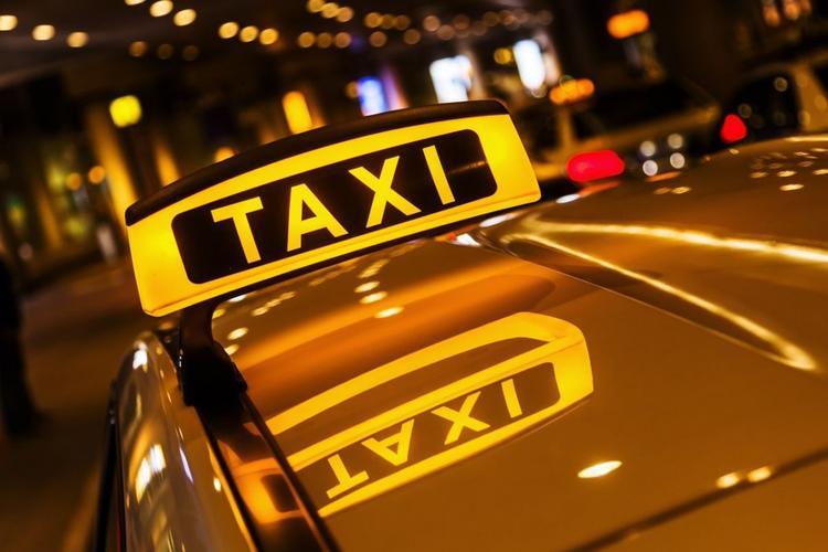 В Москве таксист поругался с пассажиркой, ограбил ее и высадил из автомобиля
