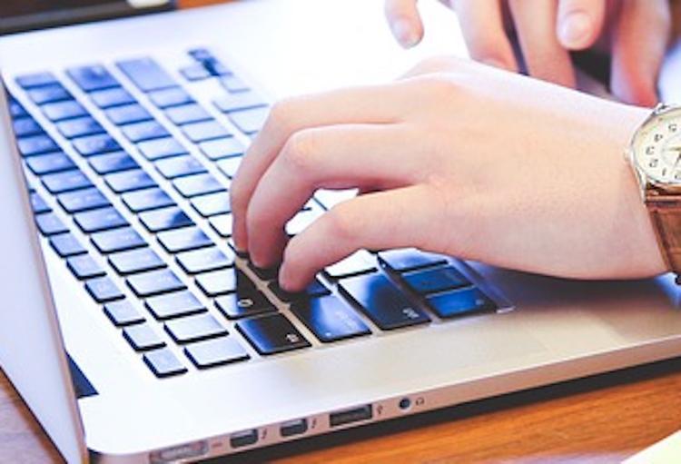 Жители Москвы смогут оформить полис ОМС в интернете