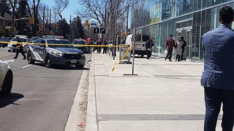 В результата наезда фургона на пешеходов в Торонто пострадали порядка 10 человек