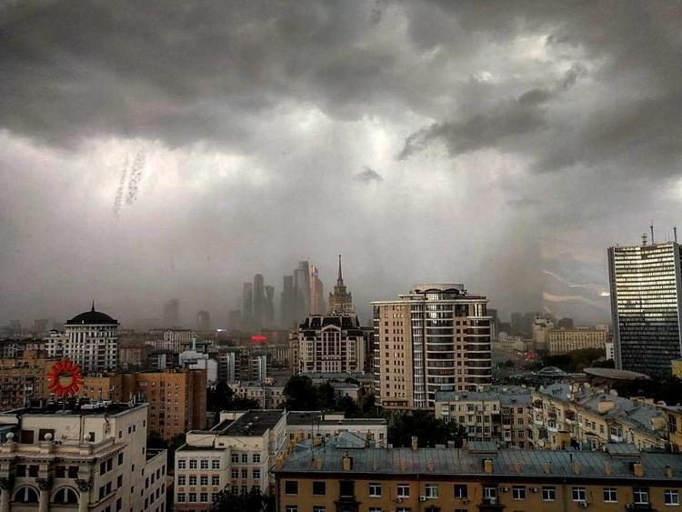 МЧС предупреждает о сильной грозе в Московском регионе 5 мая