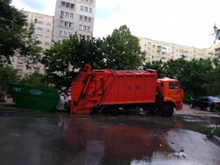 В сети появились фото, как в Севастополе дорога провалилась под колесами машины