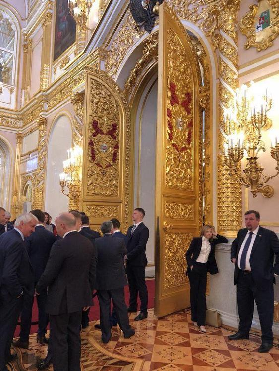 Россияне посмеялись над Поклонской, скучающей на инаугурации Президента