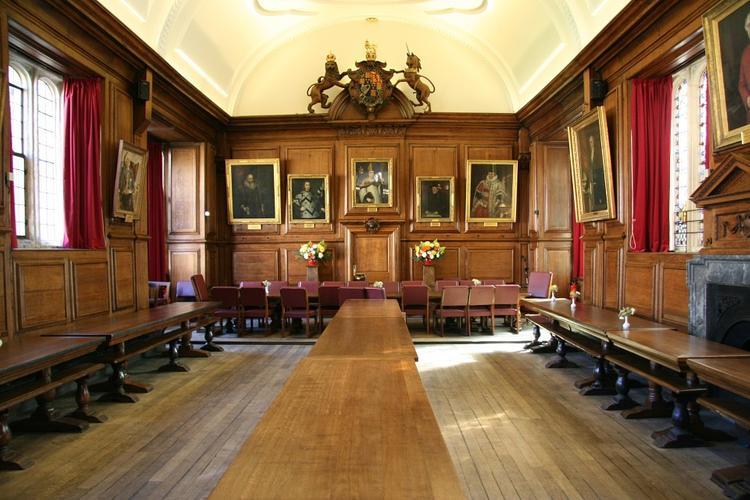 Оксфордский университет снял со стены почета портрет Терезы Мэй
