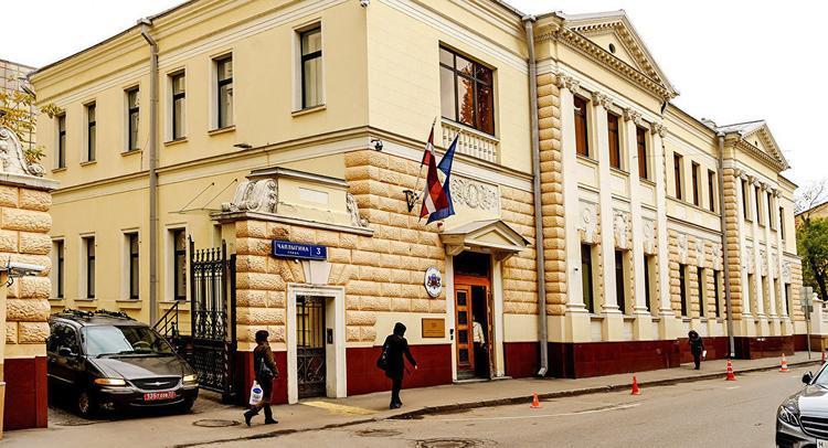 В Москве забросали здание посольства Латвии дымовыми шашками