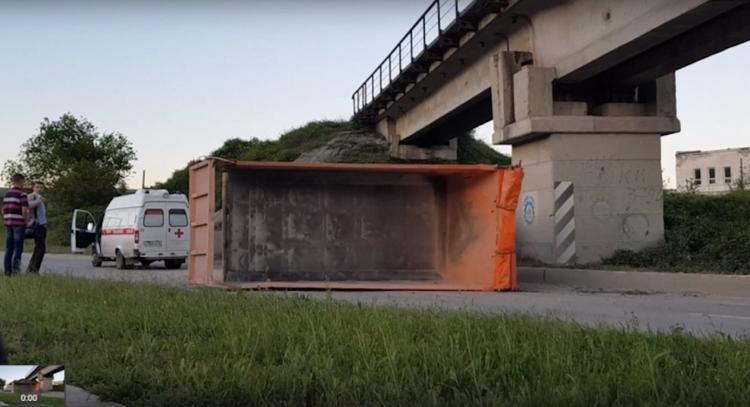 В Севастополе КамАз  зацепился кузовом за мост и перевернулся