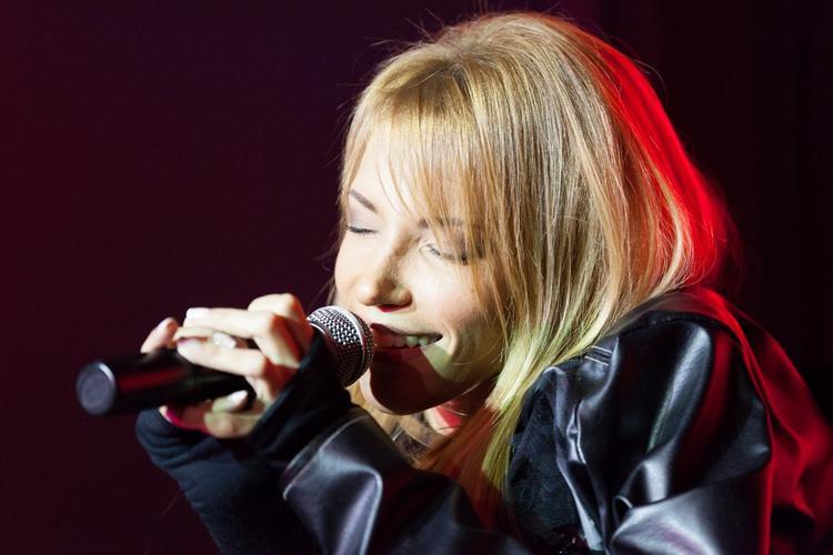 Юля Самойлова не должна петь по медицинским показаниям, уверена Малышева