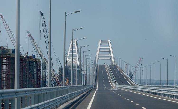 Водители, проезжающие по Крымскому мосту, нарушают ПДД ради фотографий
