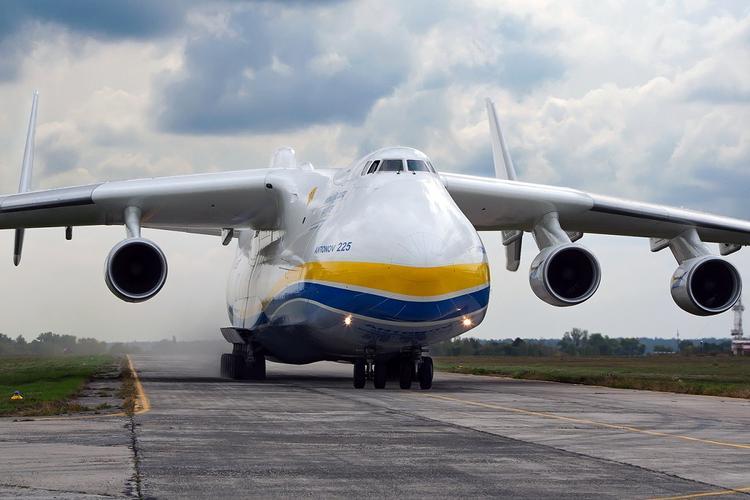 Бреющий полет самого тяжелого грузового самолета Ан-225 сняли на видео