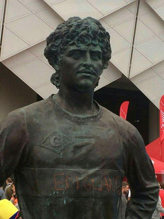 Английский фанат решил расписаться на память на монументе Федору Черенкову
