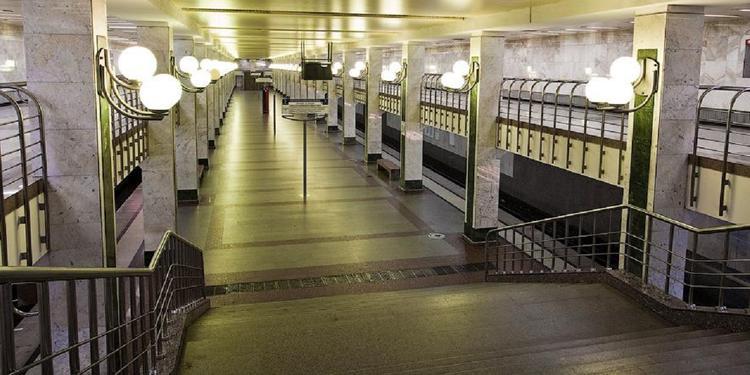 Видео, как пассажир метро хотел скатиться по перилам, но упал с высоты и умер