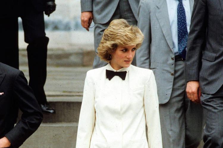Принц Гарри велел жене прекратить одеваться как голливудская звезда