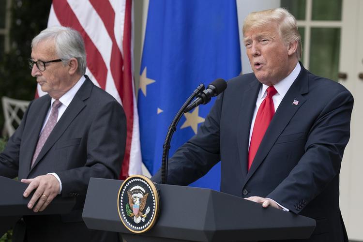 Дональд Трамп наглядно показал любовь США и Евросоюза