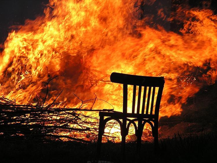Грек хладнокровно снял, как его дом сгорает в пожаре