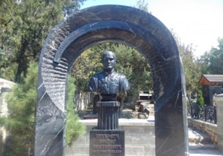 За могилой сына Януковича внимательно следят