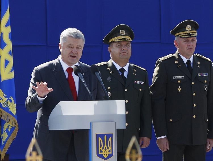 СМИ: сколько солдат упало в обморок при Порошенко
