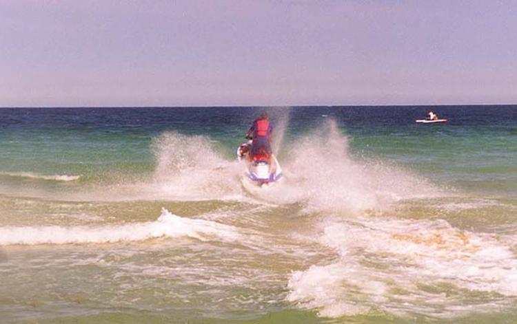 В  Геленджике в море взорвался гидроцикл, на котором были мужчина с ребенком