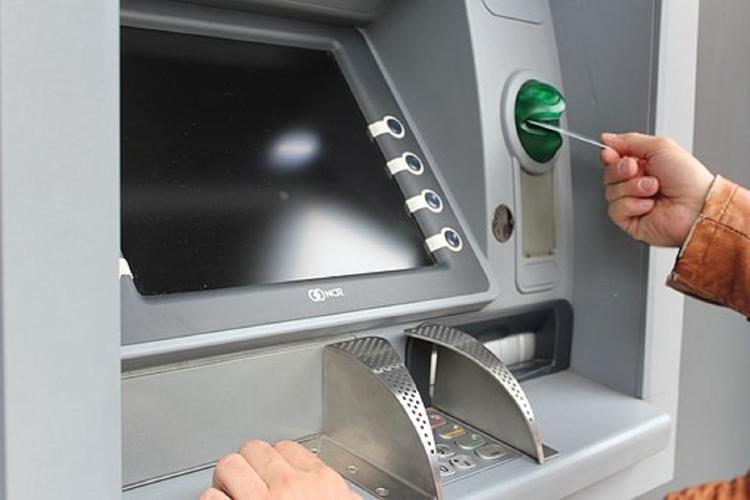 Некоторые банкоматы не берут пятитысячные купюры из-за вброса фальшивок