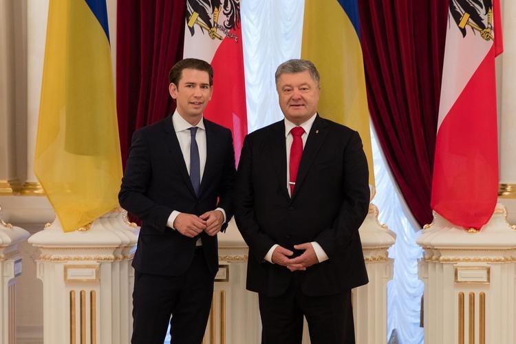 """Порошенко """"уколол"""" канцлера Австрии из-за свадьбы, на которой был Путин"""