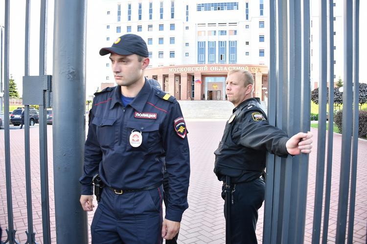 Участник несогласованной акции в Москве напал на полицейского с ножом