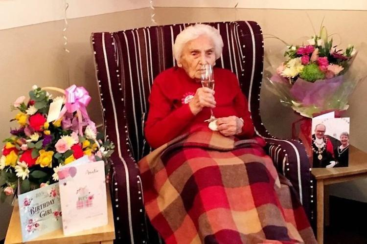 105-летняя бабушка рассказала, как ей удалось столько прожить
